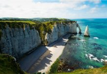Bãi biển Étretat là một trong những điểm đến du lịch Pháp độc đáo